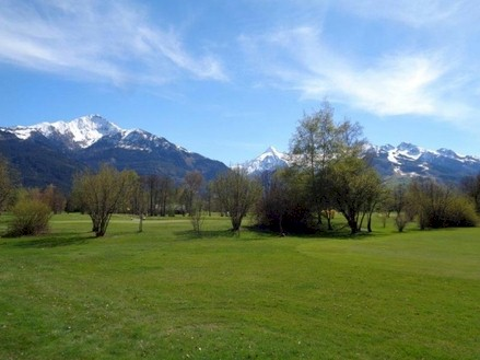 Apartments in sunny location at the golf course in Zell am See for sale.